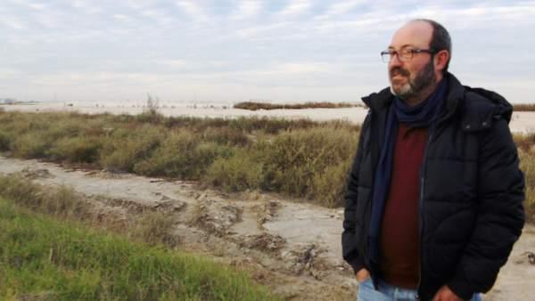 Pedro Jiménez (IULV-CA), ante las balsas de fosfoyesos.