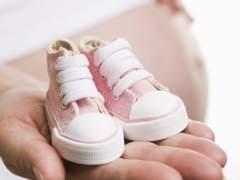 La verdadera razón por la que los bebés dan patadas en el vientre de la madre