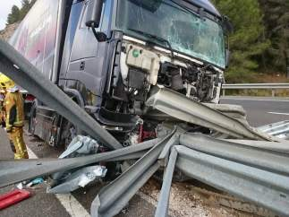 Camión atravesado por el quitamiedos en la AP-7