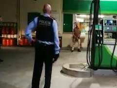 Un hombre armado con un cuchillo y una motosierra ataca una gasolinera