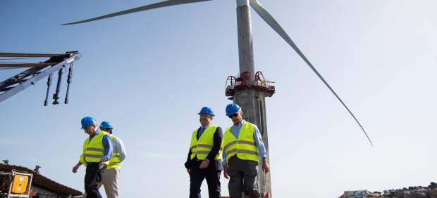 Visita a las obras del primer aerogenerador marino de España