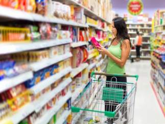 Cesta de la compra. Etiquetado nutricional. Chica comprando en un supermercado