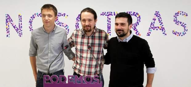 """Errejón, Iglesias y Espinar, delante del cartel """"Nosotras""""."""