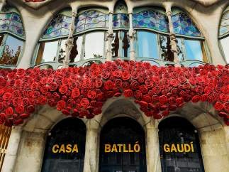 La Casa Batlló decorada con rosas rojas por la diada de Sant Jordi