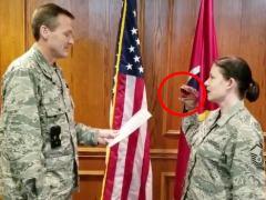 Sancionan a tres militares de EE UU por jurar el cargo con un dinosaurio