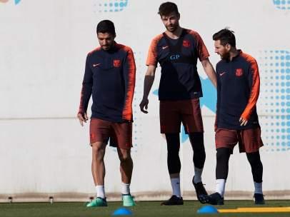 Luis Suárez,  Gerard Piqué y Leo Messi.