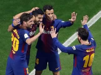 Los jugadores del Barcelona festejan el gol de Luis Suárez