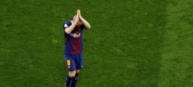 Andrés Iniesta saluda a la afición del Barcelona.