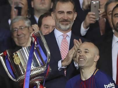 Andrés Iniesta recibe el trofeo de S.M. El Rey Felipe VI