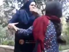 La 'policía de la moral' de Irán agrede brutalmente a una joven por llevar suelto el hiyab