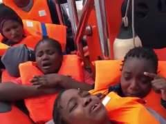 El emocionado cántico de unas inmigrantes rescatadas en el Mediterráneo