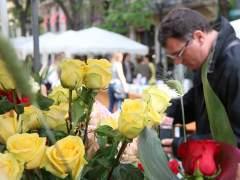 Miles de barceloneses celebran un día de Sant Jordi salpicado de reivindicación política