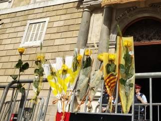 Largas colas y rosas amarillas ante la Generalitat el día de Sant Jordi.