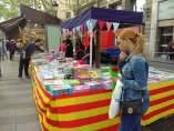 Parada de libros en La Rambla de Barcelona por Sant Jordi