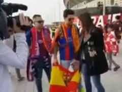Una reportera de Barça TV le pide a un aficionado culé que se quite la bandera de España para la entrevista