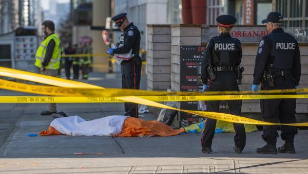 La policía vigila la zona en la que una furgoneta atropelló a varios peatones en Toronto.
