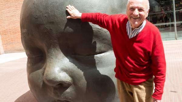 El pintor y escultor manchego Antonio López ante una de sus esculturas, expuestas delante del Palau de la Música de Barcelona.