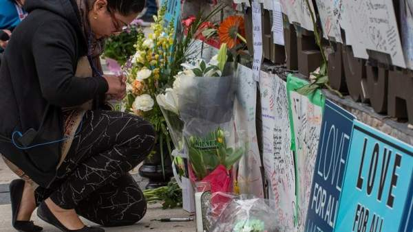 Una persona deposita flores en el memorial por las víctimas del atropello múltiple en Toronto, que dejó al menos 10 muertos y 15 heridos.