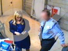 Sale a la luz un vídeo de Cristina Cifuentes robando supuestamente en un hipermercado