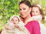 Isabel Pantoja posa con sus nietas