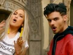 Abraham Mateo junto a Jennifer Lopez en una imagen del videoclip de su nuevo tema 'Se acabó el amor'.