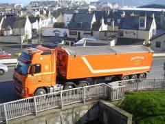 Trece camiones bloquean una autopista para evitar un suicidio