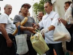 """Un grupo de panaderos distribuye cinco toneladas de pan como protesta por el """"tarifazo"""" en Argentina"""