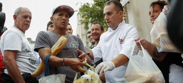 Un grupo de panaderos distribuye cinco toneladas de pan como protesta por el