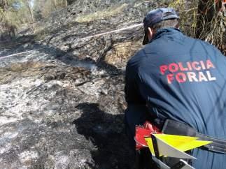 Policía del GIA realizando la Inspección ocular del incendio