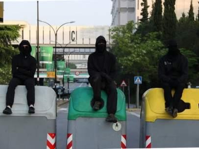 Tres estudiantes encima de unos contenedores de la UAB.