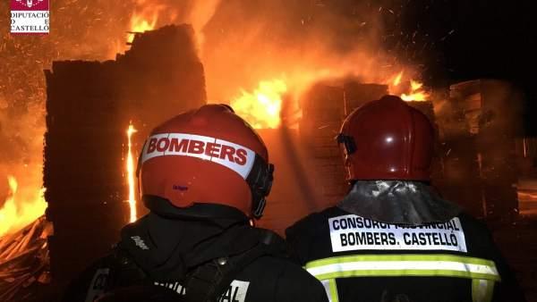 Bombers treballen en l'extinció d'un incendi en una serradora d'Almassora (Castelló)