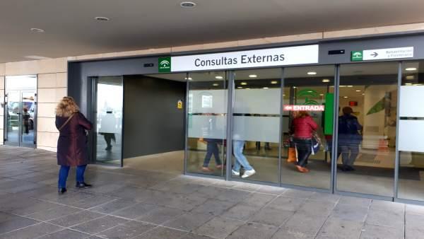 Puerta de entrada de las consultas externas del hospital del Campus de Granada