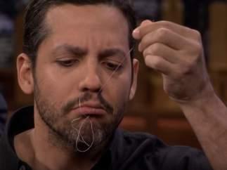 El mago David Blaine se cose la boca con aguja e hilo para uno de sus trucos