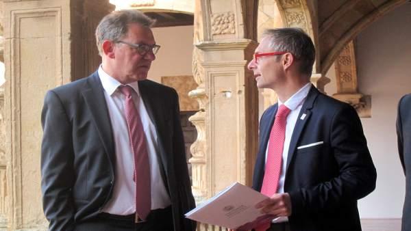 El embajador de Alemania en España habla con el rector.