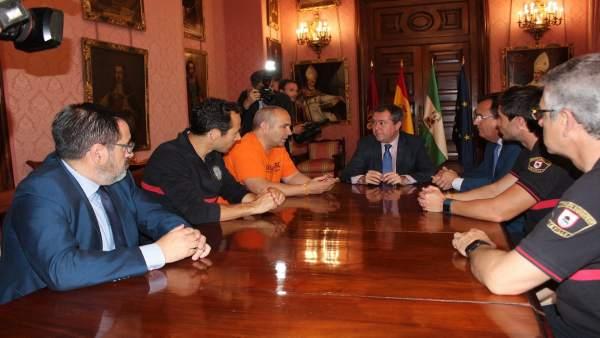 El alcalde de Sevilla, Juan Espadas, se reúne con los bomberos de Proem-AID