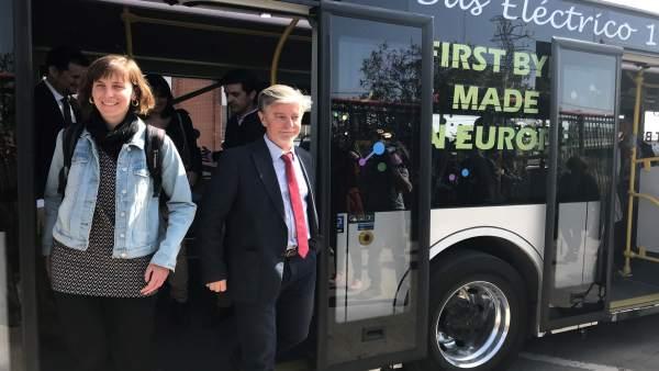 La concejal Teresa Artigas baja de un autobús eléctrico con el alcalde