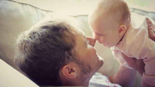 Paternidad, un padre con su bebé.