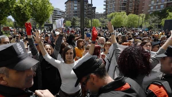 Protestas a la puerta de los juzgados de Pamplona tras conocerse el fallo.