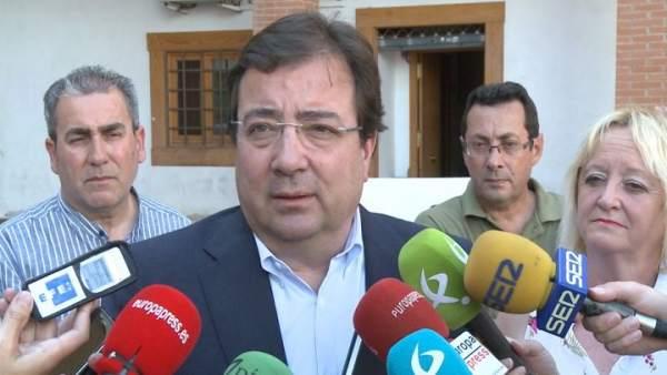 Fernández Vara atiende a los medios de comunicación.