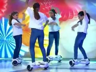 Bailar sevillanas en patinete eléctrico: el futuro llega a la Feria de Abril