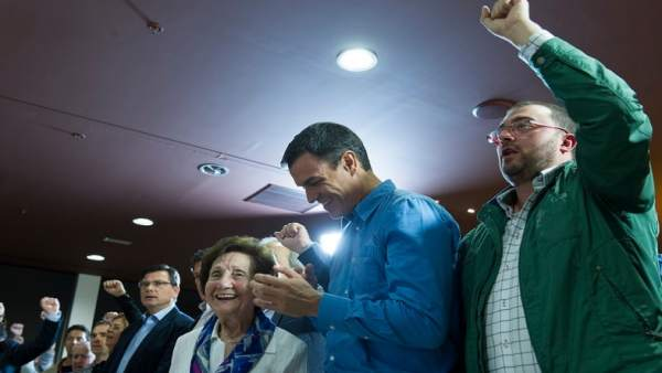 Adrián Barbón, a la derecha, junto a Pedro Sánchez