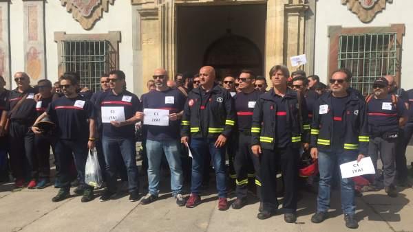 Concentración de bomberos de la Diputación