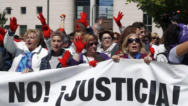 Un grupo de mujeres se manifiestan en contra de la sentencia de La Manada.