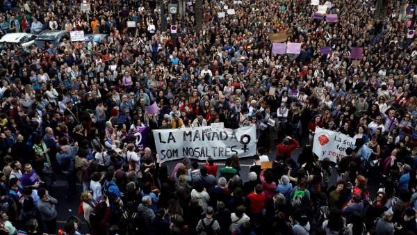 Cientos de personas han abarrotado la zona peatonal de la plaza del Ayuntamiento de Valencia.