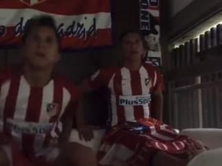 Los hijos de Diego Pablo Simeone celebran un gol del Atlético de Madrid.