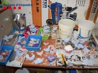 Algunos moldes para las dentaduras en la consulta del falso dentista detenido en Barcelona.