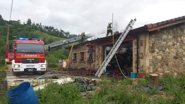 Bomberos del 112 extinguen incendio en una vivienda de Udalla