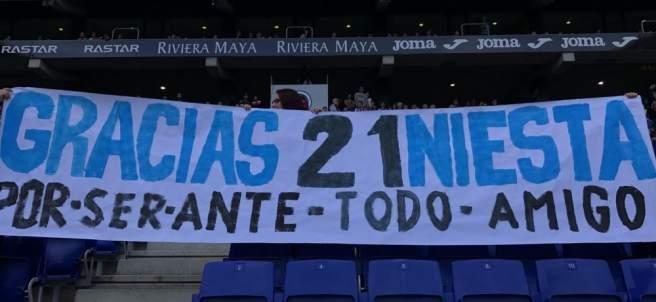 Pancarta en honor a Iniesta en Cornellá-El Prat