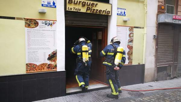 Los bomberos sofocan un incendio en una hamburguesería