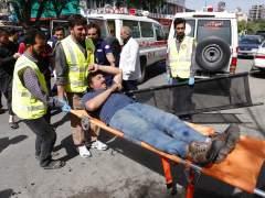 Trasladan a un herido en una de las explosiones en Kabul